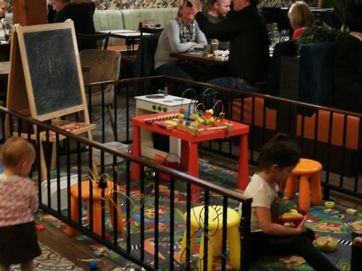 Gyerekek az étteremben, Kép: László Márta