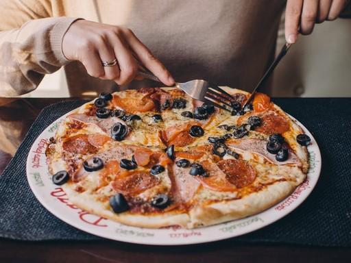 Pizzát evő kéz, Kép: Pexels