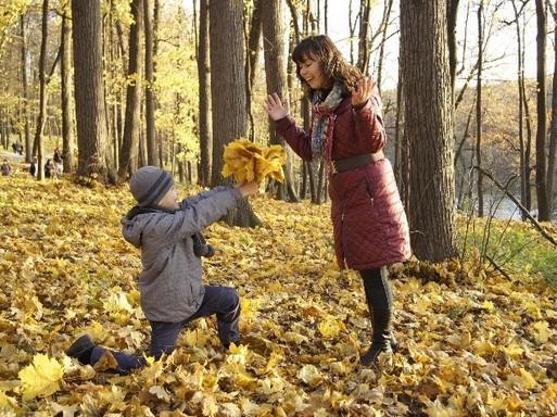 Őszi levelek, anyuka, gyerek, Kép: Budai Egészségközpont