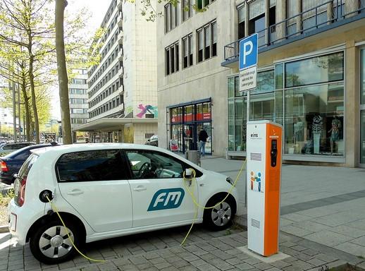 Elektromos autó töltőpontja, Kép: pixabay