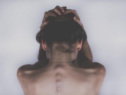 Fejfájás, nő háttal, Kép: pixabay