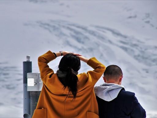Ifjú pár nézi a havat, Kép: pixabay