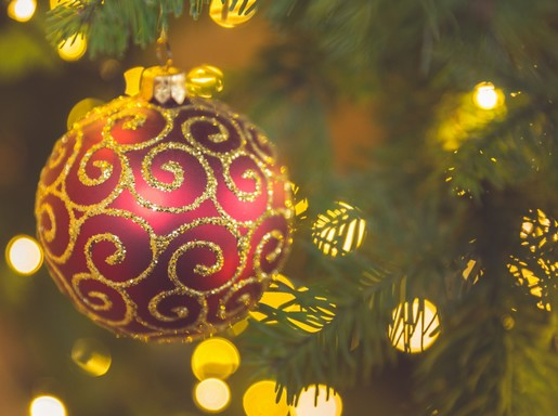 Karácsonyi piros gömbdísz, Kép: publicdomainpictures