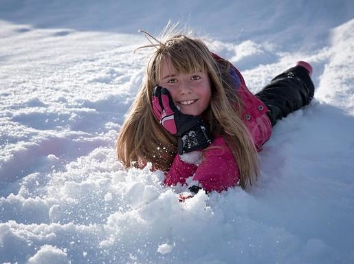 Kislány a hóban, Kép: pixabay