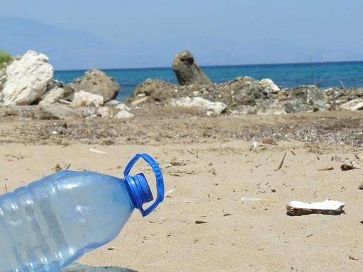 Műanyag flakon a tengerprton, Kép: pixabay