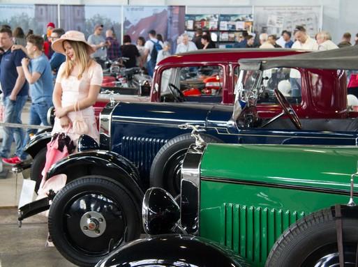 Öreg autó, modell korhű ruhában, Kép Oldtimer Show