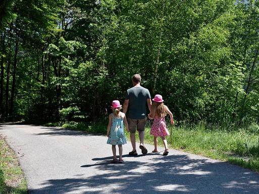 Apa két kislánnyal hátulról, Kép: pixabay