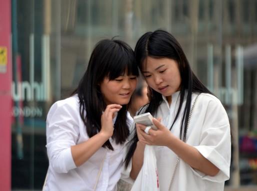 Fehér ruhás lányok, Kép: publicdomainpictures