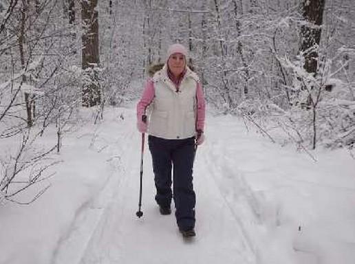 Idős nő a hóban sétál, Kép: felejtek.hu