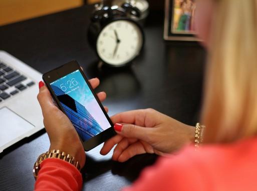 Mobilozó nő, Kép: publicdomainpictures
