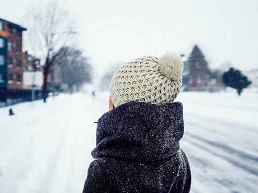 Téli utcakép, nő hátulról, Kép: pixabay