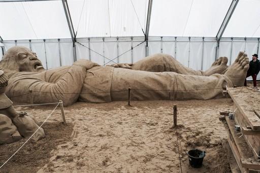 Alvó ember homokból, Kép: Monostori