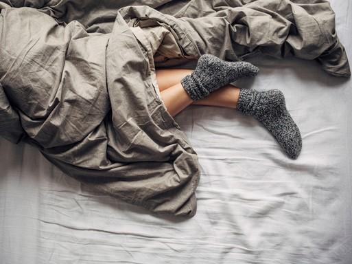 Alvó nő zokniban, Kép: weleda