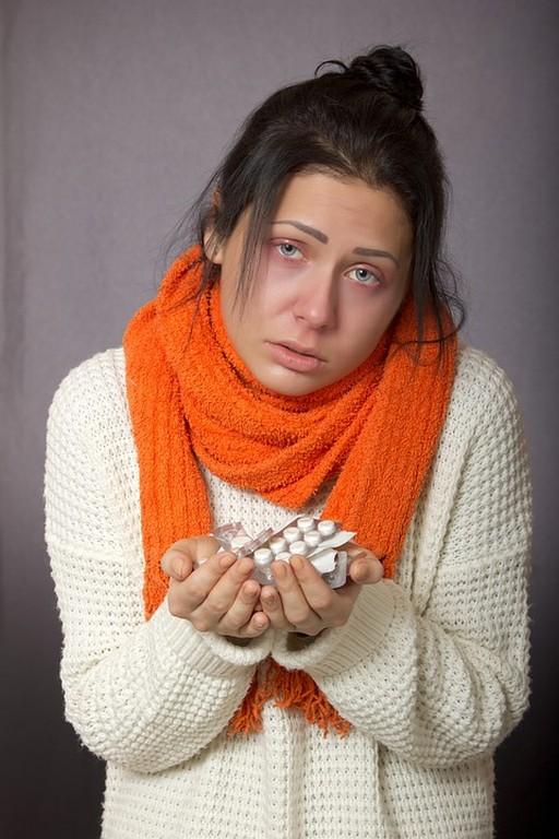 Influenzás lány kezében gyógyszerek, Kép: pixabay