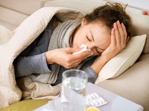 Influenzás lány fekszik, fújja az orrát, Kép: biopont.hu