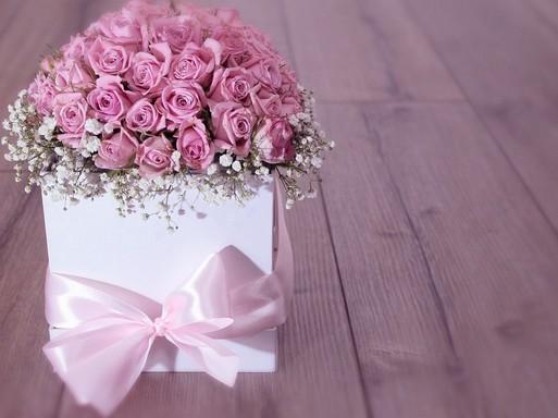 Lila rózsacsokor dobozban, Kép: pixabay