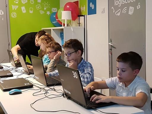 Programozást tanuló gyerekek, Kép: logiscool