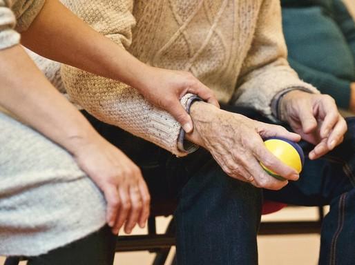 Idős és fiatal kéz egymáson, Kép: pixabay