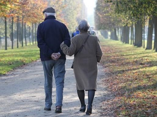 Idős házaspár háttal, Kép: felejtek.hu