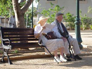Idős-pár-a-nő-olvas-szalmakalapban, Kép: pixabay