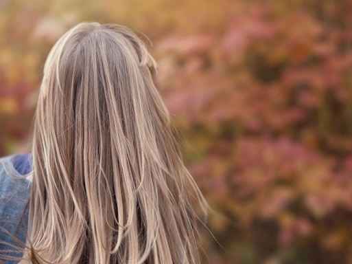 Hosszú hajú lány hátulról, Kép: pixabay