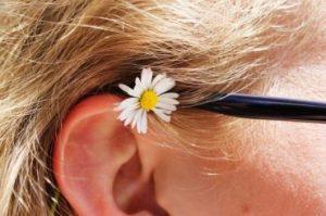 Fül virággal, Kép: PParchív