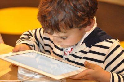 Gyerek tablettel, Kép: PP-archív