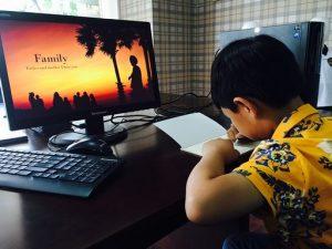 Gyerek a számítógép előtt: Kép: pixabay