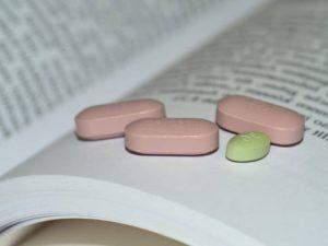 Gyógyszerek könyvön, Kép: pixnio