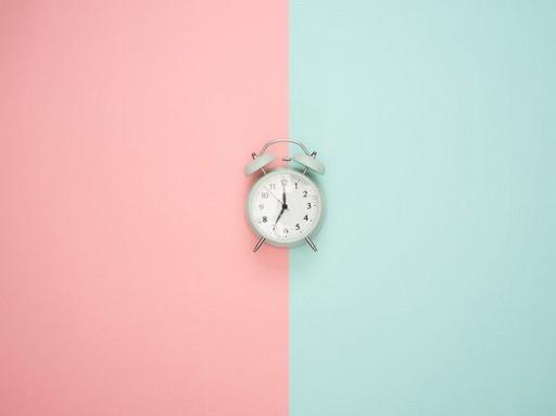 Óra rózsaszín és kék hátlappal, Kép: IUB Rézgyönyg