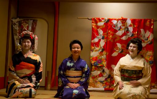 Három gésa ül, Kép: sajtóanyag