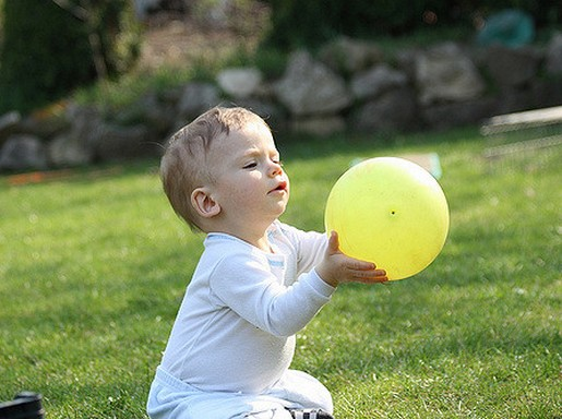 Kisfiú sárga labdával, Kép: flickr