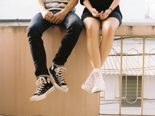 Fiatalok ülnek a kerítés tetején, Kép: rezgyongy.hu