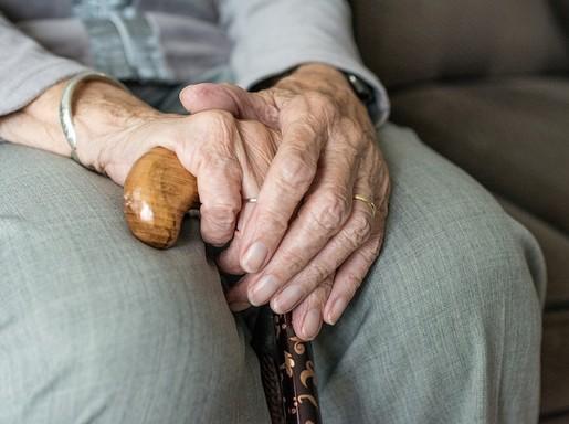 Idős női kéz bottal, Kép: pixabay