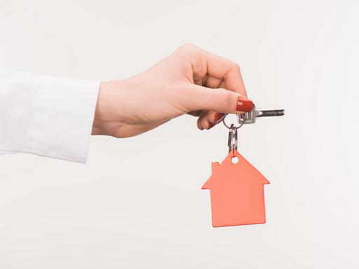 Lakáskulcs női kézben, Kép: Central Home