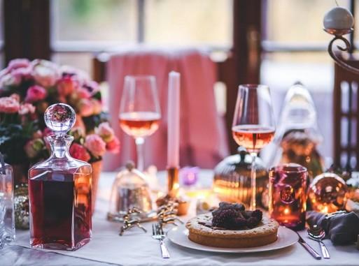 Gazdagon terített asztal, Kép: pxhere