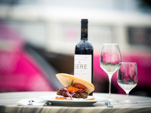 Gere bor és egy kis finomság, Kép: Wendl Péter