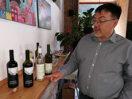 Győrffy Zoltán a kutatóintézetes borokkal, Kép: László Márta