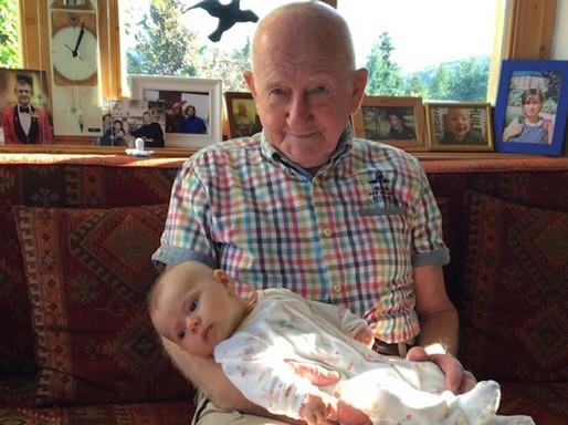 Gyuri bácsi dédunokájával, Kép: györgytea