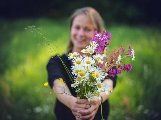 Virágcsokrot adó lány, Kép: pexels