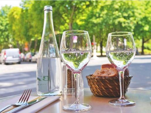 Ásványvíz két pohár és kenyér, semleges, Kép: pxhere