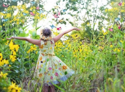 Kislány virágok között, Kép: pixabay