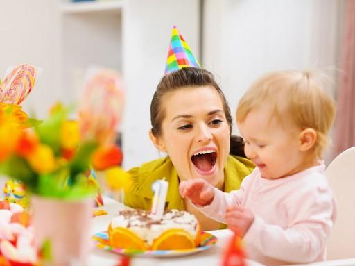 Baba, mama és az egyévesnek járó torta, Kép: sudcrem