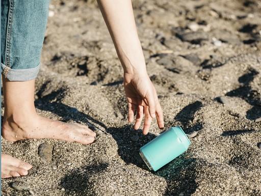 Eldobott fémdobozért hajol le egy kéz a strandon, Kép: jofogas.hu