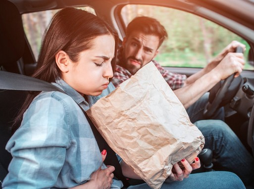 Feleség hányni készül a kocsiban, Kép: homeopatia.info.hu