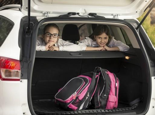 Gyerekek a kocsi hátuljában iksolatáskákkal, Kép: Hankook