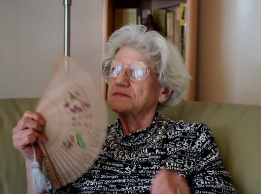 Idős asszony legyezi magát a hőségben, Kép: felejtek.hu