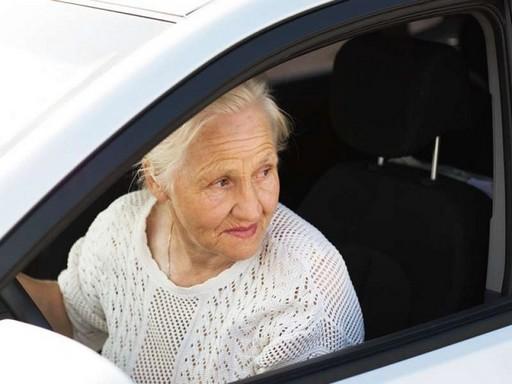 Idős asszony vezet, Kép: felejtek.hu