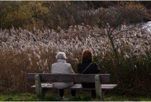 Idős nő és lánya háttal őszi padon, Kép: pixabay