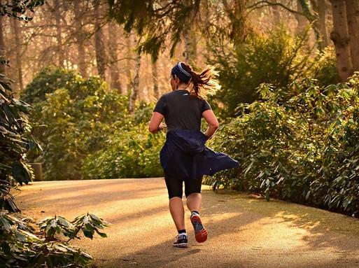 Nő fut az erdőben nyáron, Kép: pxabay